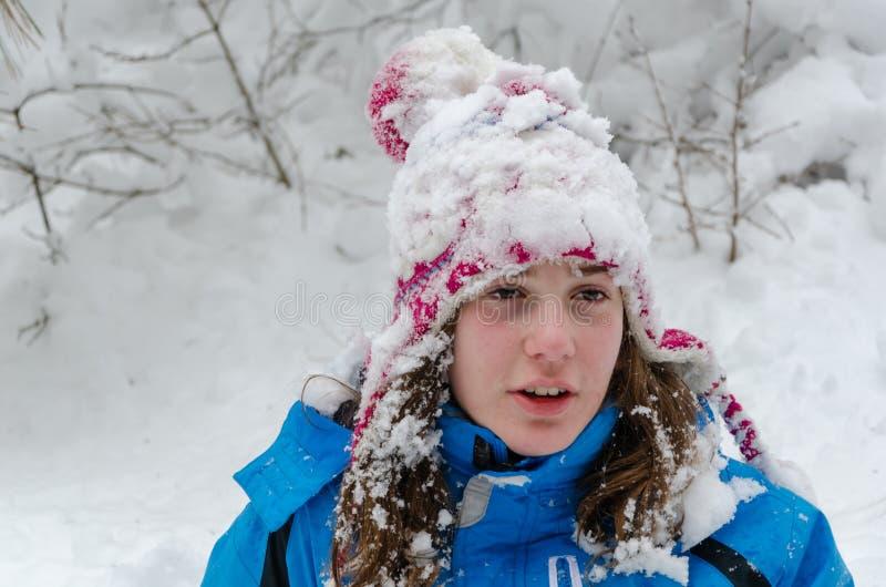 för ligganderussia för 33c januari ural vinter temperatur Flickans huvud, träd och täckas någonstans med snö royaltyfri fotografi