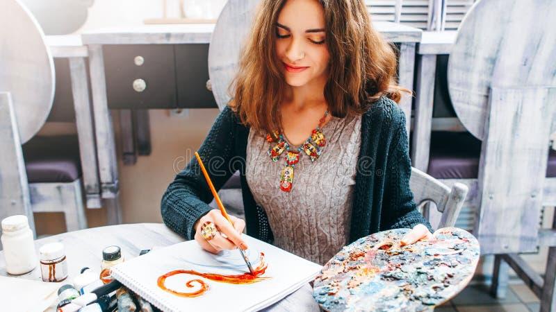 För livsstilhobby för abstrakt målning idérik konstnär royaltyfri foto