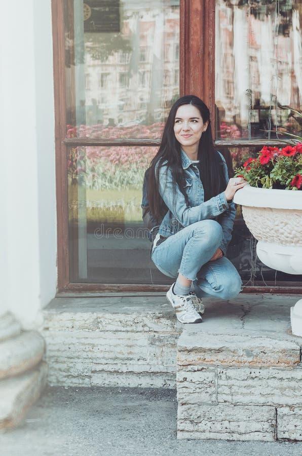 För livsstilmode för sommar solig stående av den unga stilfulla hipsterkvinnan som går på gatan, bärande gullig moderiktig dräkt arkivbild