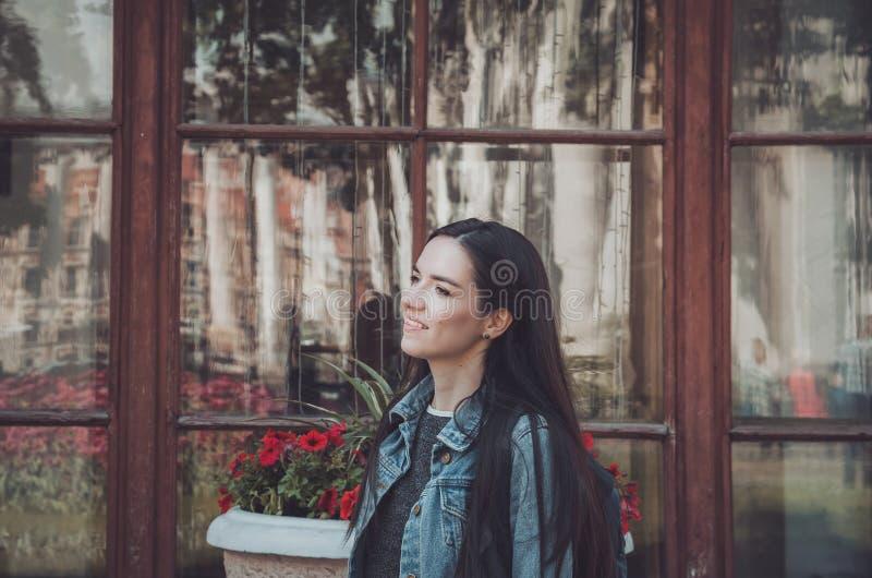 För livsstilmode för sommar solig stående av den unga stilfulla hipsterkvinnan som går på gatan, bärande gullig moderiktig dräkt royaltyfria bilder