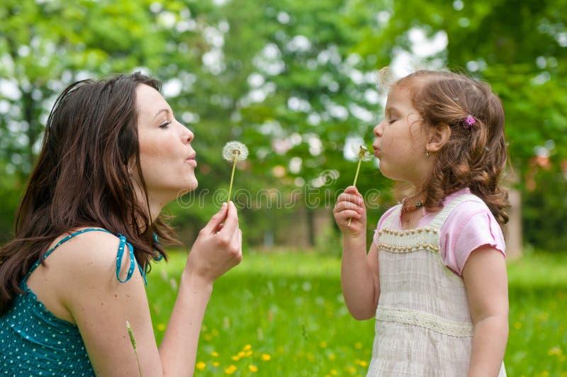 för livstidsmoder för barn lycklig tid royaltyfria foton