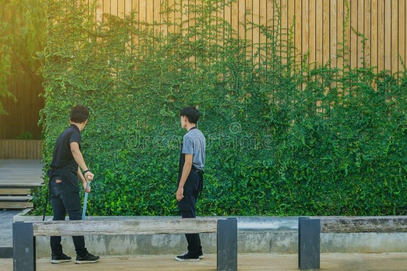 För lokalvårdspringbrunn för ung man pöl från stupade sidor royaltyfri fotografi