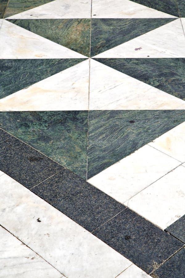 För lombardy för Busto arsiziogata kyrka för trottoar abstrakt begrepp arkivbilder