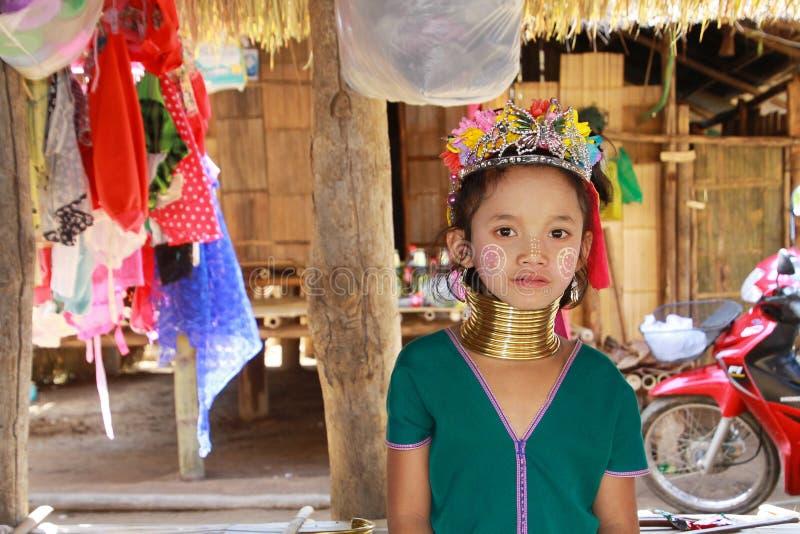 BY FÖR LONGNECK KAREN, THAILAND - DECEMBER 17 2017: Nära övre stående av den unga långa halsflickan med Thanaka framsidamålning o royaltyfri foto