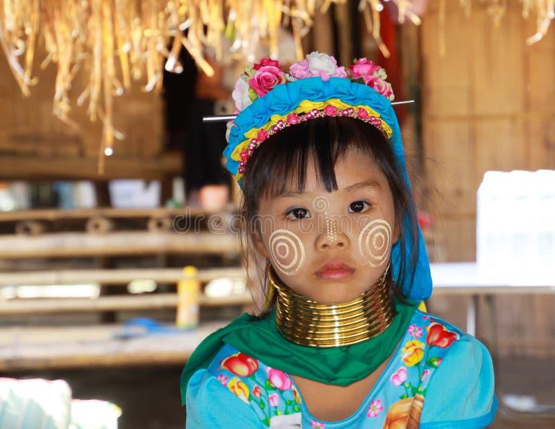 BY FÖR LONGNECK KAREN, THAILAND - DECEMBER 17 2017: Nära övre stående av den unga långa halsflickan med Thanaka framsidamålning o royaltyfri fotografi
