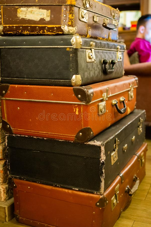För loppläder för tappning gamla klassiska resväskor Loppbagagebegrepp Retro instagramstilfoto royaltyfri fotografi