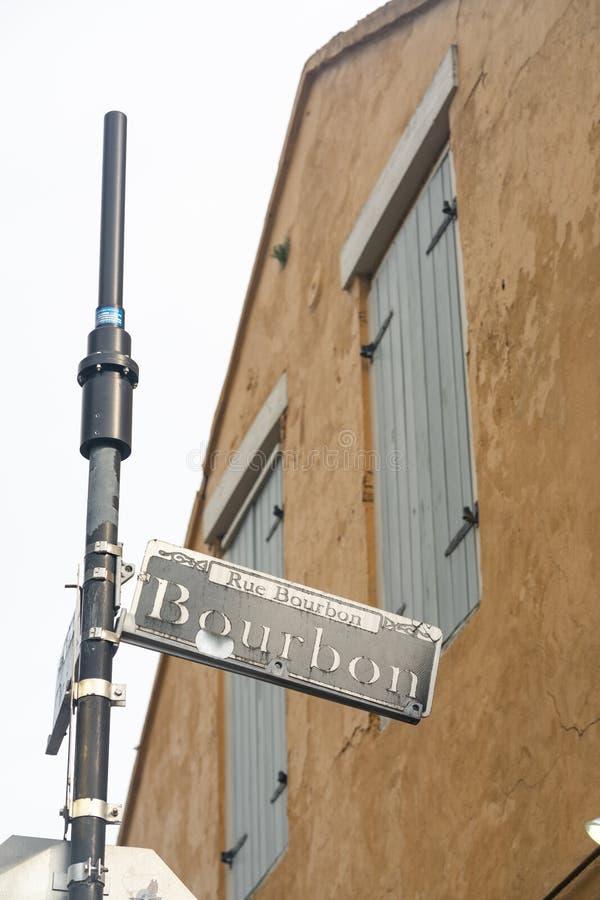 För Louisiana för fransk fjärdedel för bourbongata berömd i stadens centrum sammansättning lodlinje royaltyfri foto