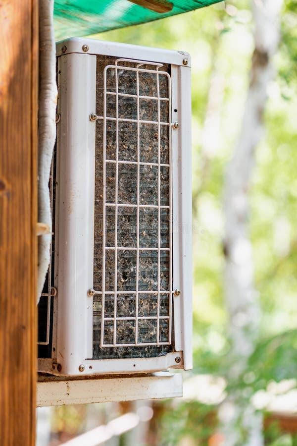 För luftvillkor för närbild utomhus- enhet med det stoppade till blockerade kompressorelementgallret Behövda detaljer av luftkond royaltyfri bild