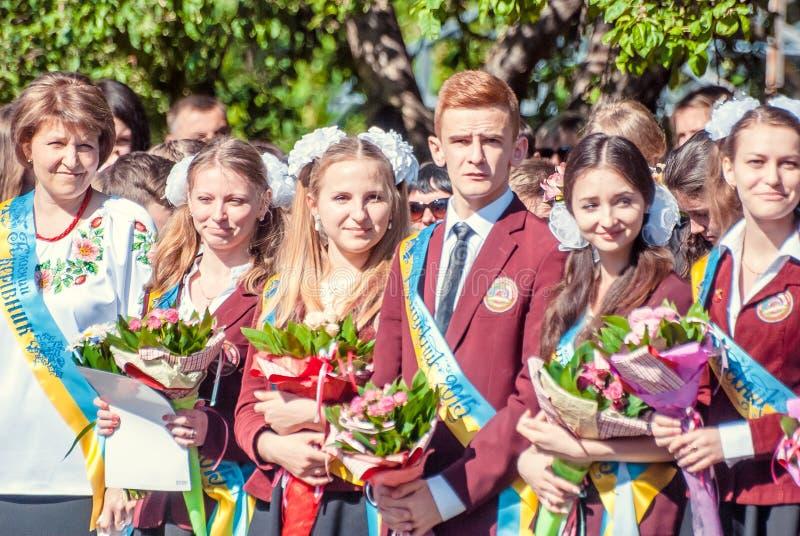 För Lutsk för sista klocka högstadium 14 29 11th kvalitet 05 2015 soliga sommardag fotografering för bildbyråer