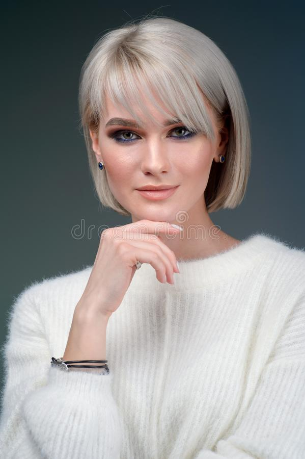 För lyxsilver för ung kvinna bärande tillbehör och smycken Flicka som isoleras på grå bakgrund arkivfoto