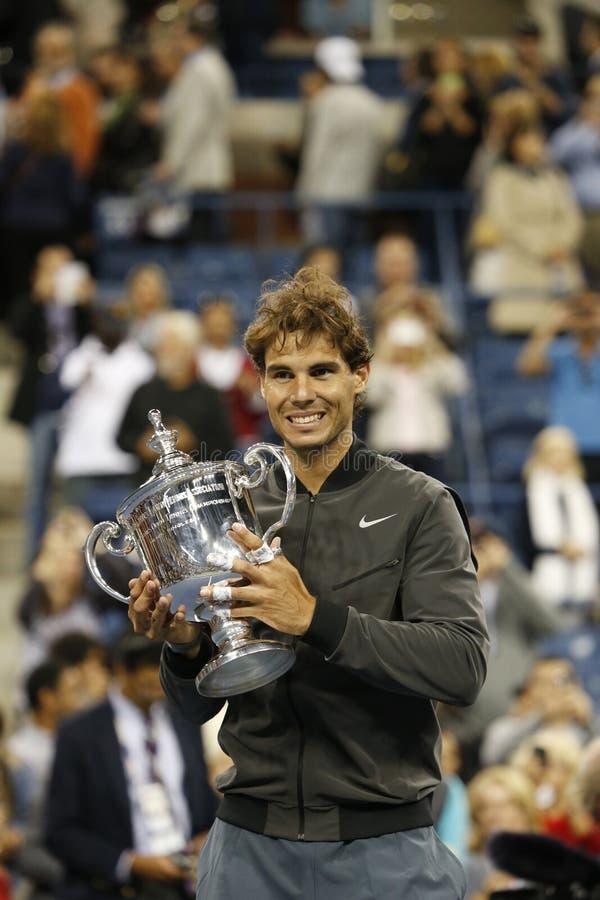 För mästareRafael Nadal för US Open 2013 trofé hållande US Open under trofépresentation