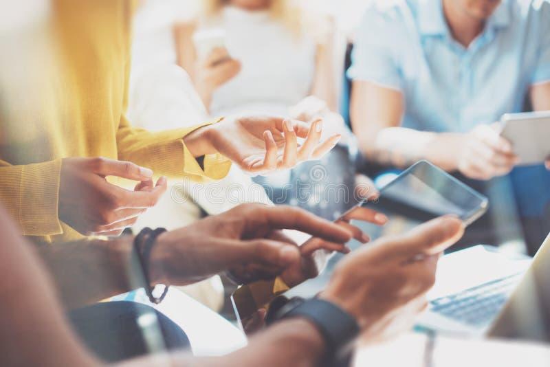 För mångfaldteamwork för Closeup Startup begrepp för möte för idékläckning AffärsTeam Coworker Analyze Strategy Laptop process arkivfoton