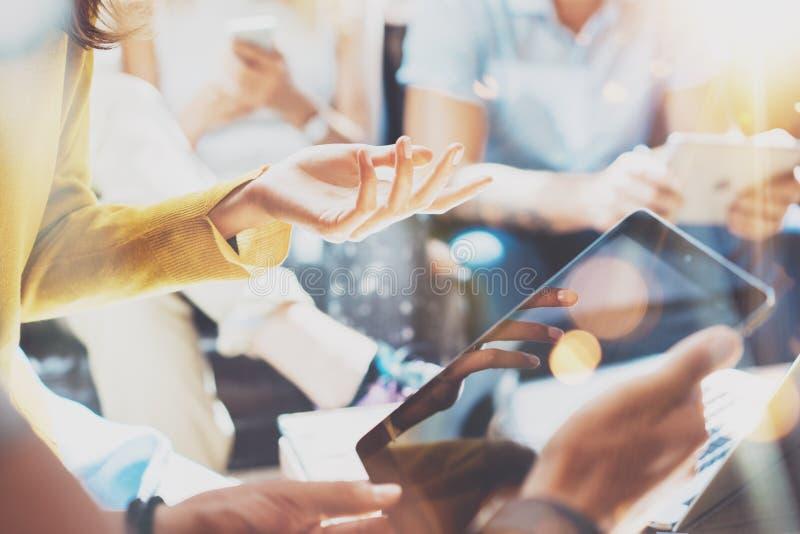 För mångfaldteamwork för Closeup Startup begrepp för möte för idékläckning AffärsTeam Coworker Analyze Strategy Laptop process royaltyfria foton
