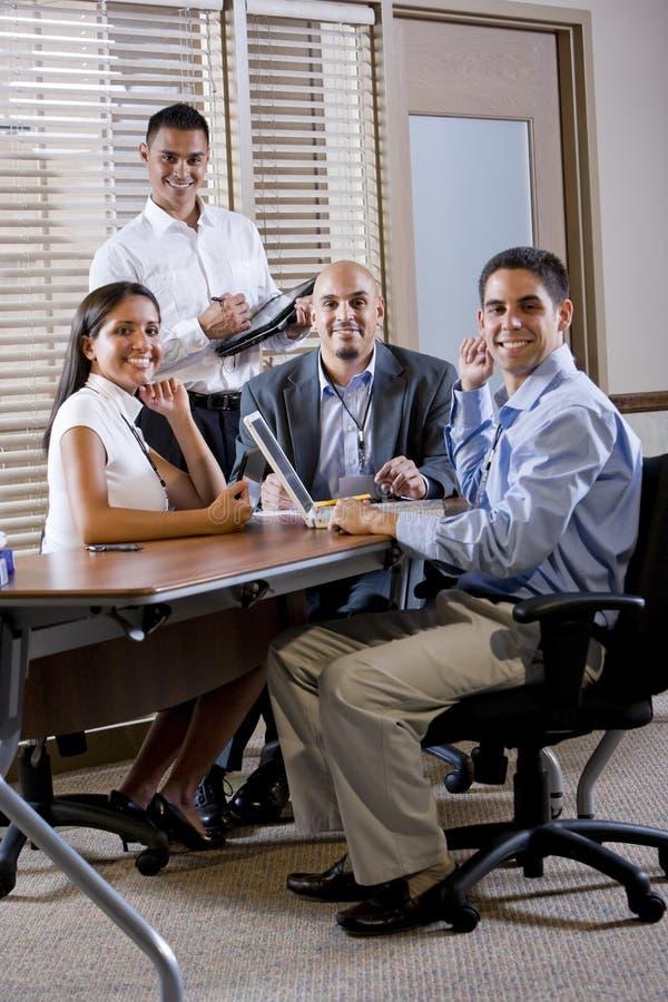 för mötekontor för styrelse lyckliga arbetare för tabell arkivfoton