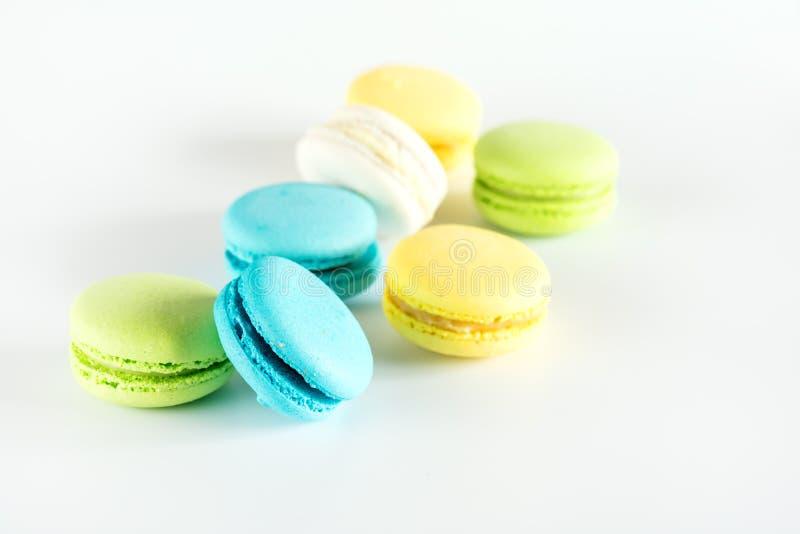 För Macarons för färgrik Macarons Macarons gul för blå gräsplan fransk efterrätt smakligt utrymme för kopia vitt bakgrund royaltyfria foton
