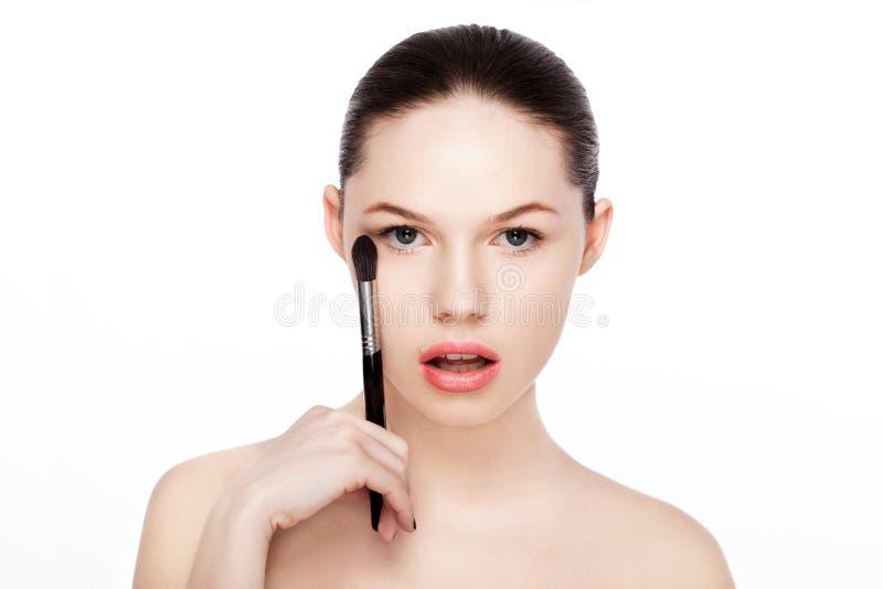För makeupborste för härlig flicka hållande fundament royaltyfri bild