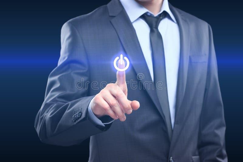 För maktknapp för affärsman trängande begrepp arkivfoton