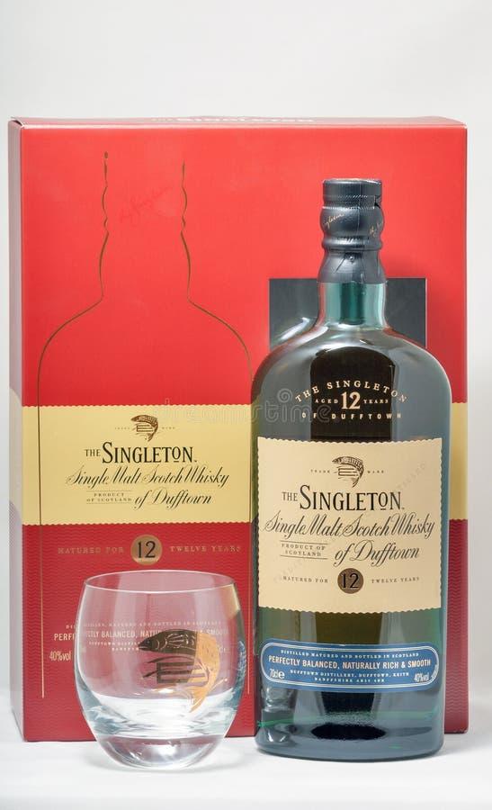 För maltskotsk whisky för enkelkort enkel closeup för flaska på vit bakgrund royaltyfria foton