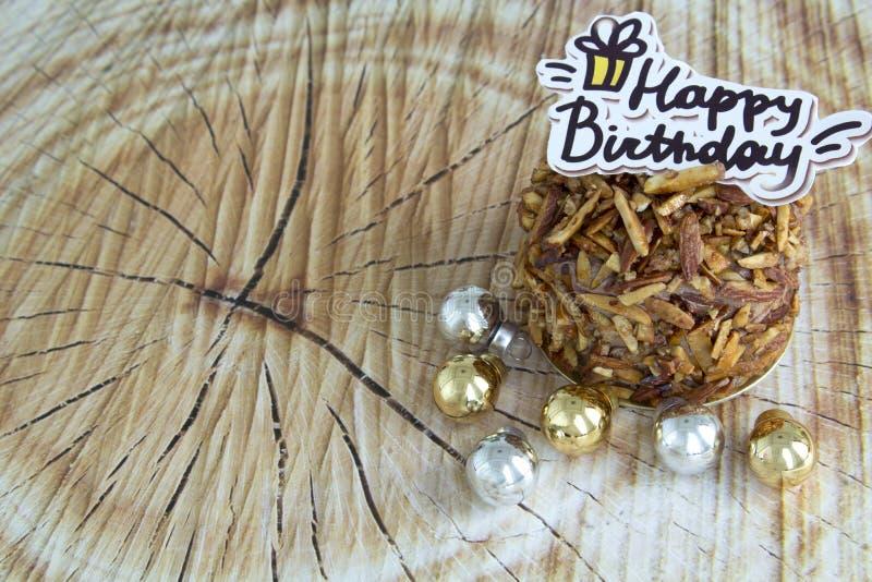 För mandelchoklad för lycklig födelsedag kaka på träbakgrund royaltyfria bilder