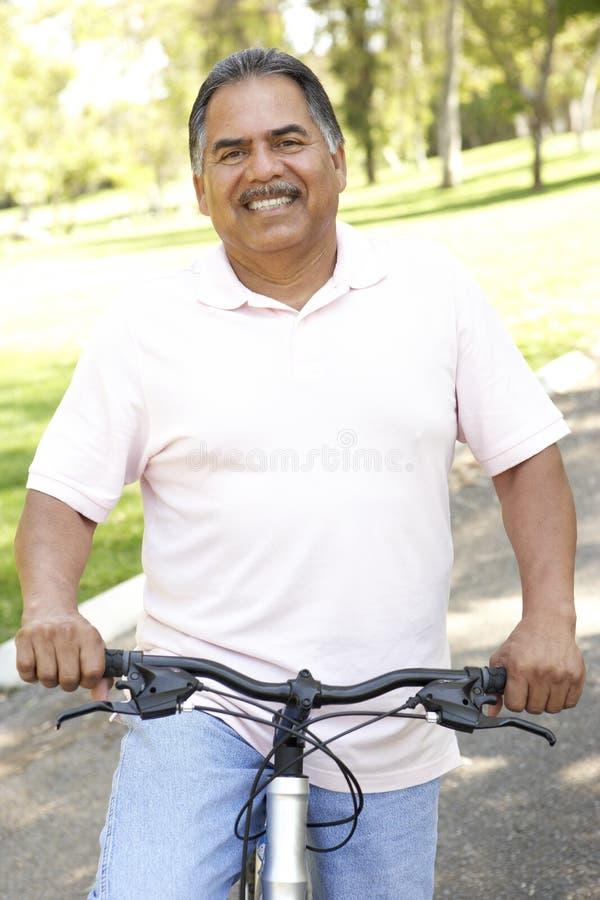 för manpark för cykel latinamerikansk pensionär för ridning arkivfoton