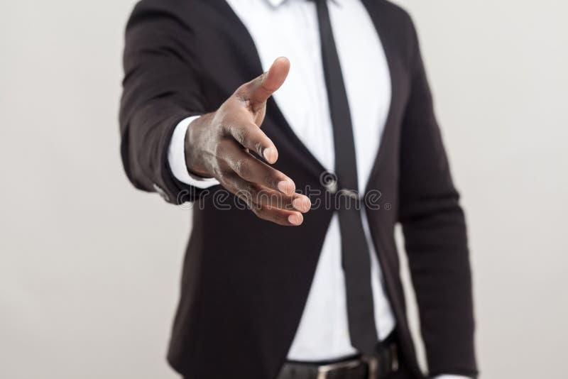 För manvisning för Anonym afro hand på kameran och behovshandskakningen royaltyfri foto