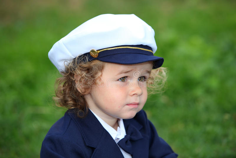 För marinsjöman för ung pojke slitage hatt arkivbilder