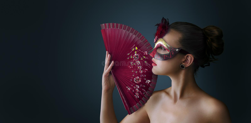 För maskeradkarneval för kvinna bärande venetian maskering royaltyfri bild