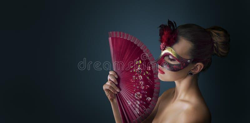 För maskeradkarneval för kvinna bärande venetian maskering arkivfoton