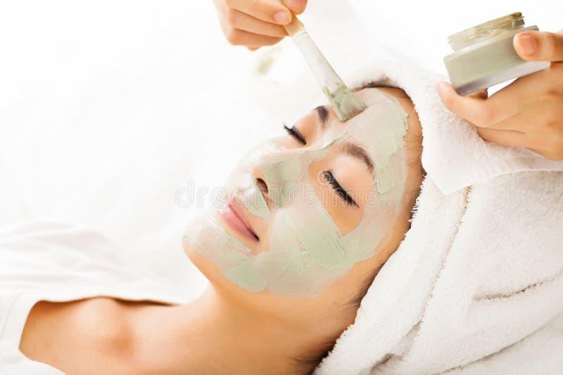 för maskeringskvinna för lera ansikts- barn arkivfoton