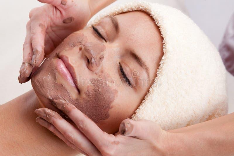 för maskeringskvinna för lera ansikts- barn arkivfoto