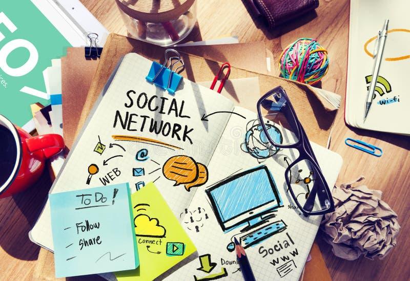 För massmediakontor för socialt nätverk socialt begrepp för arbetsplats för skrivbord arkivfoto