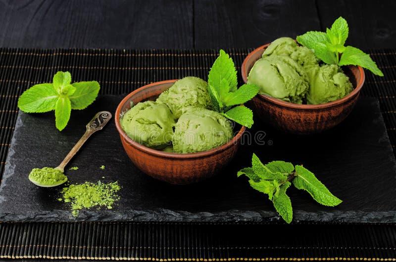 För matchamintkaramellen för grönt te glass med kokosnöten mjölkar royaltyfri fotografi