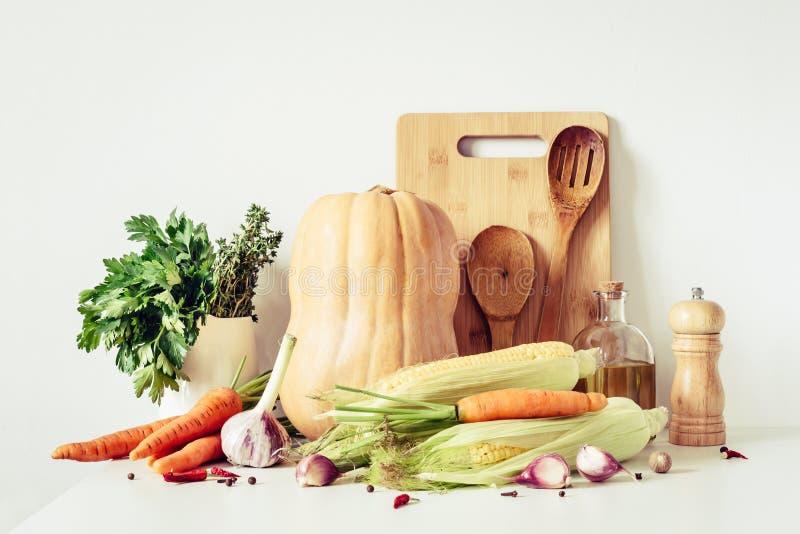 För för matingredienser och köksgeråd för höst vegetarisk stilleben Gr?nsaker f?r sund matlagning arkivfoto