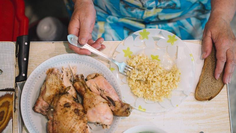För matmatställen för hemlagad mat äter lunch den hemlagade tabellen för lunch med havre för mötehönazucchinin och salladwi tabel arkivbilder