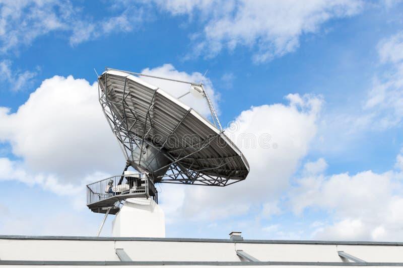För maträttradar för satellit- kommunikation parabolisk antenn eller astronom royaltyfri bild