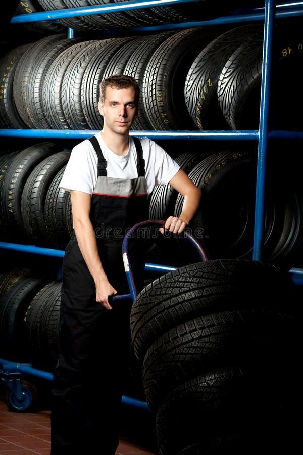 för mekanikerservice för bil bärande barn för gummihjul royaltyfri bild