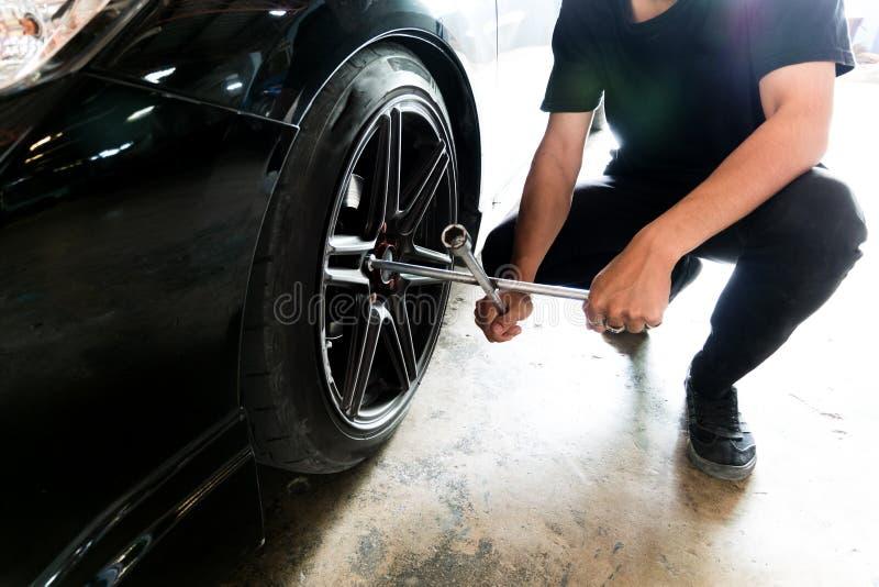 För mekanikerWill för folk yrkesmässigt gummihjul ändring arkivfoton