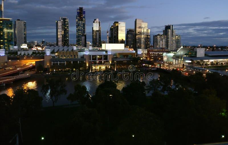 för melbourne Australien för center stad finansiell yarra för sikt för horisont flod arkivfoton