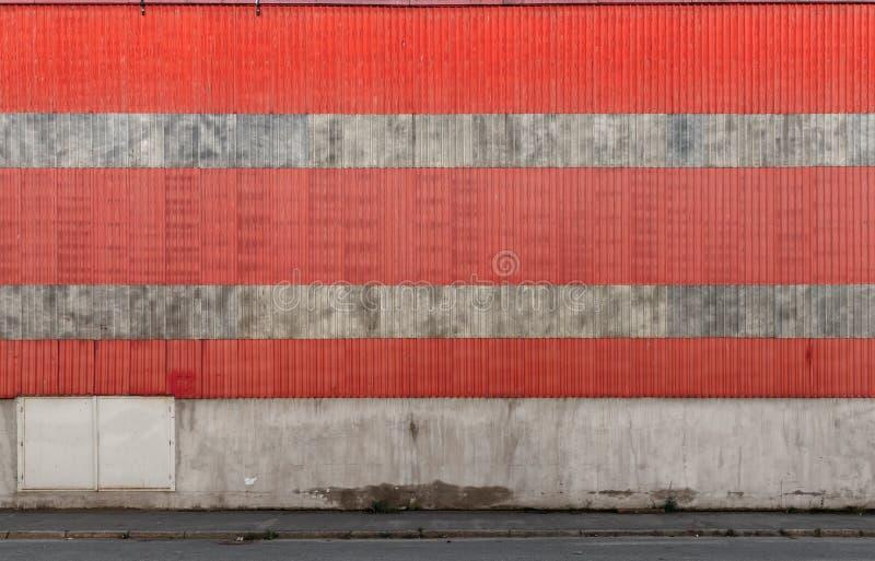 För metallvägg för industribyggnad ridged textur royaltyfri bild