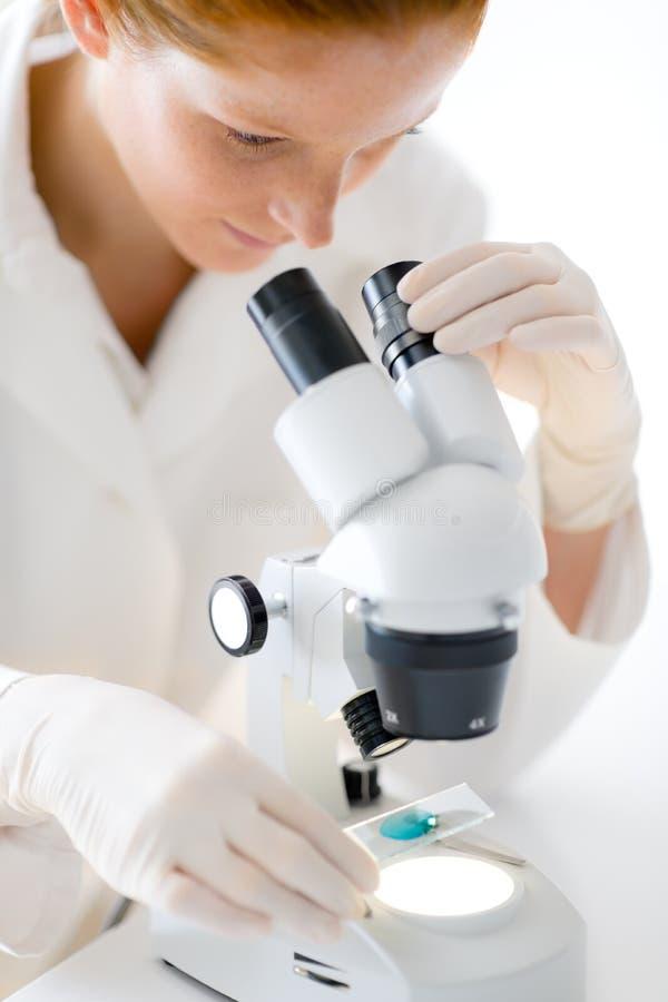för mikroskopforskning för laboratorium medicinsk kvinna royaltyfri foto