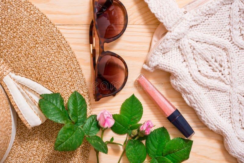 För modedräkt för färgrik sommar lekmanna- kvinnlig lägenhet Sugrörhatt, bambupåse, solglasögon, bästa sikt, kopieringsutrymme, b arkivbilder
