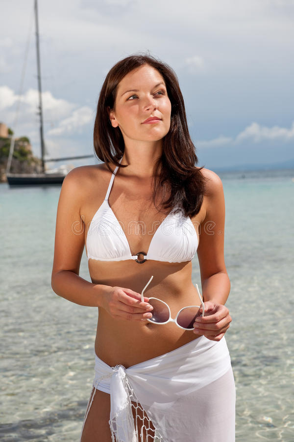 för modehår för bikini brunt hav för modell royaltyfri bild