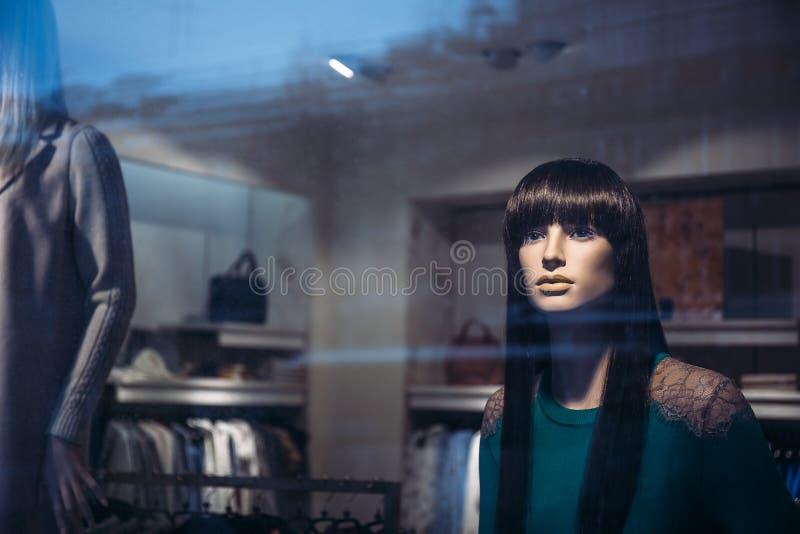 För modehuset för kvinnliga skyltdockor shoppar det inre fönstret, innegrej royaltyfri foto