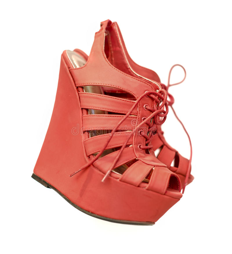 För modekil för damer röda skor för häl arkivbild