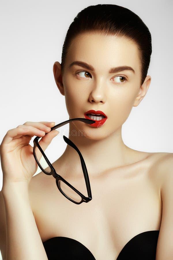 För modemodell för skönhet bärande exponeringsglas för sexig flicka royaltyfri foto