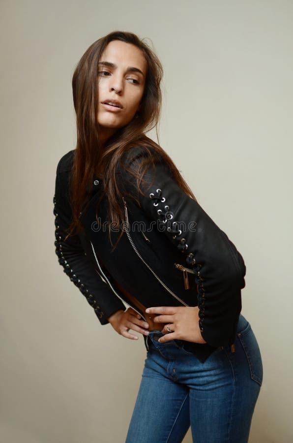 För modemodell för ung kvinna iklädd jeans royaltyfria bilder