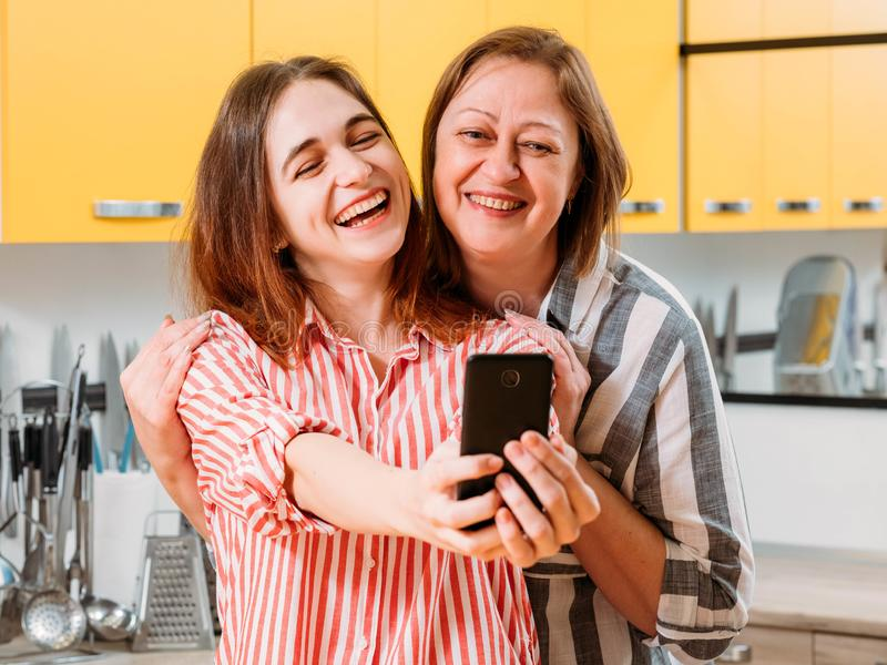 För moderdotter för modern teknologi lycklig selfie arkivfoto