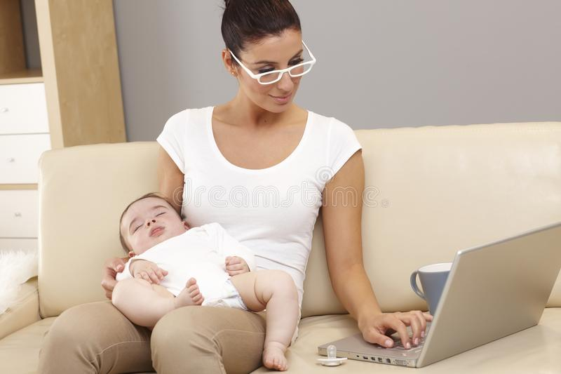 För moderskap karriär kontra royaltyfri bild