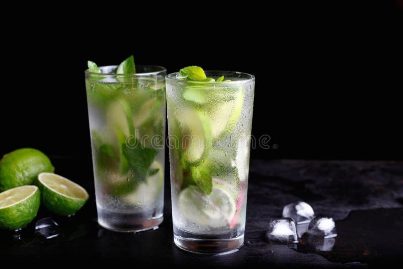 För Mojito sommarsemester uppfriskande tropisk för coctail drink för alkohol non i exponeringsglas royaltyfria bilder