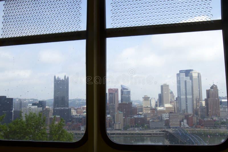 För Monongahela för Pittsburg horisont från inre bil sluttning royaltyfri fotografi